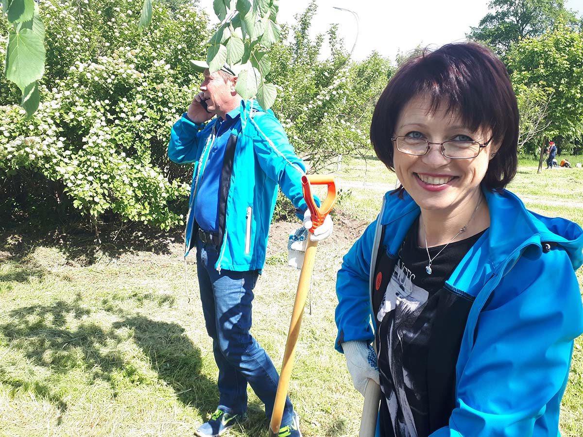 Neste volunteers planted trees in one of the public parks of St. Petersburg.