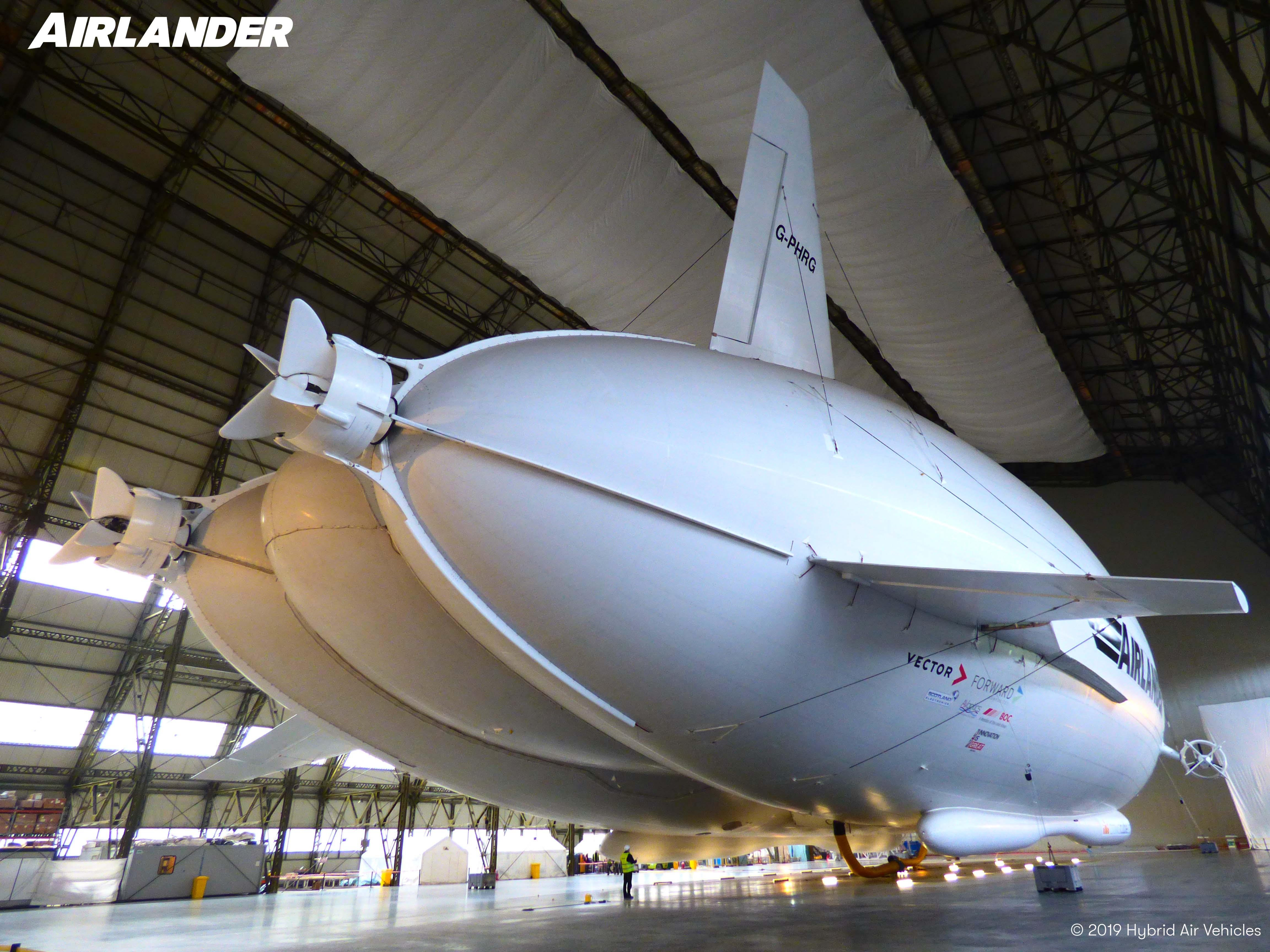 Brittiläisen Airlanderin prototyyppi hyödyntää ilmalaivojen, kiinteäsiipisten ilma-alusten ja helikoptereiden teknologioita. Sen kehittäjä Hybrid Air Vehicles on sitoutunut nollapäästöiseen lentämiseen.